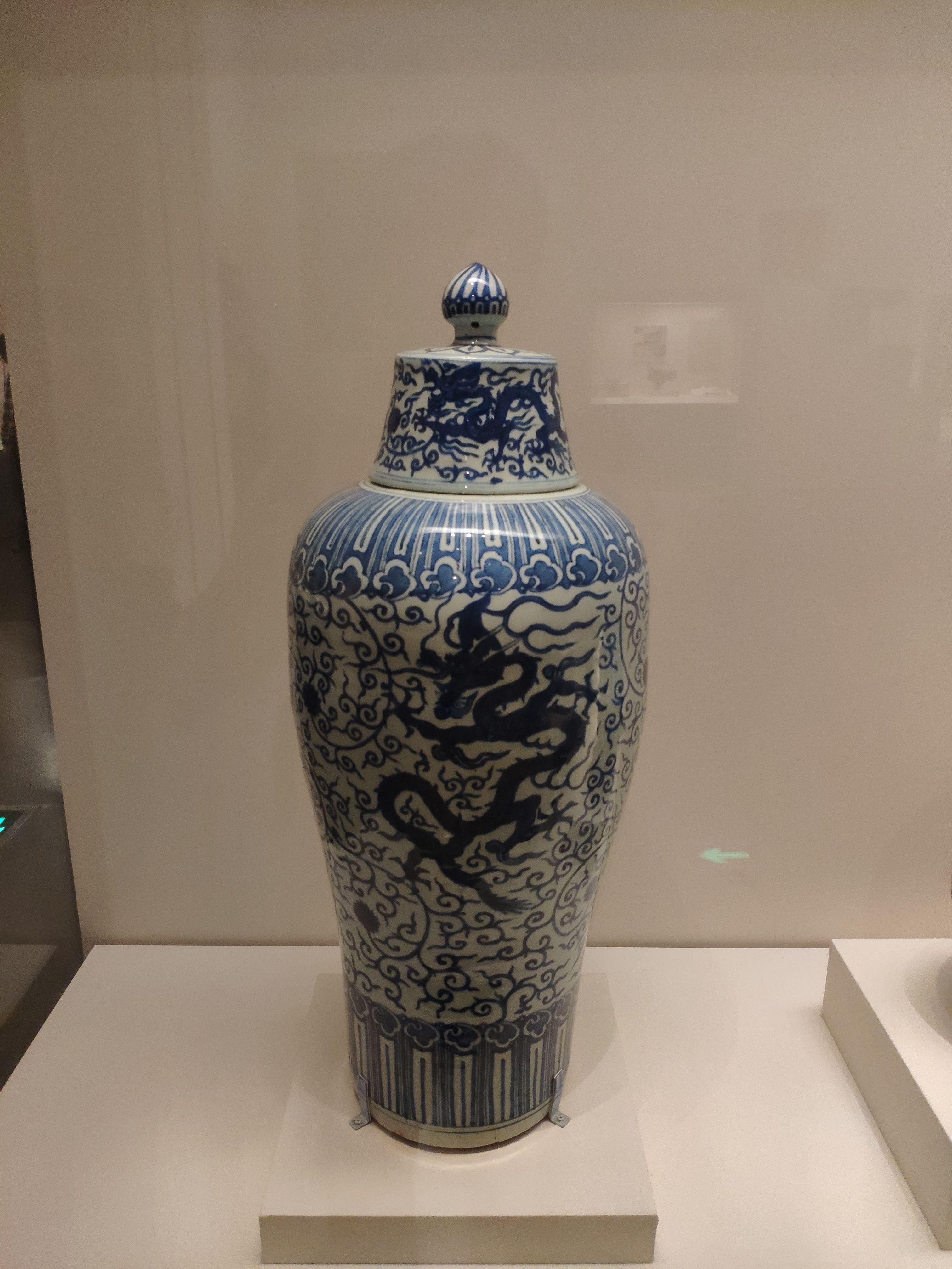 龙纹青花瓶